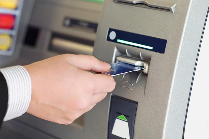 кредитка в банкомат фото