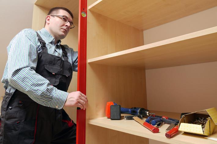 работа-с-уровнем-при-сборке-шкафа